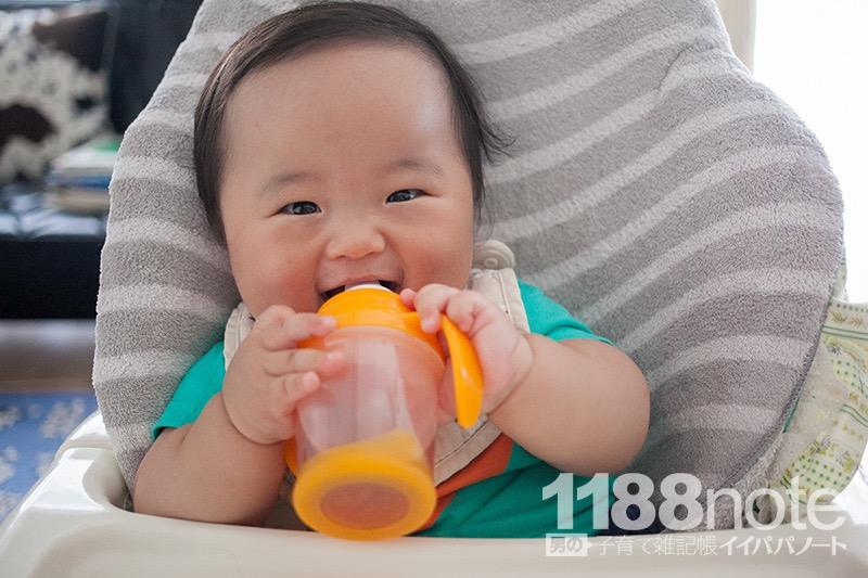 ルイボスティーを飲む赤ちゃん