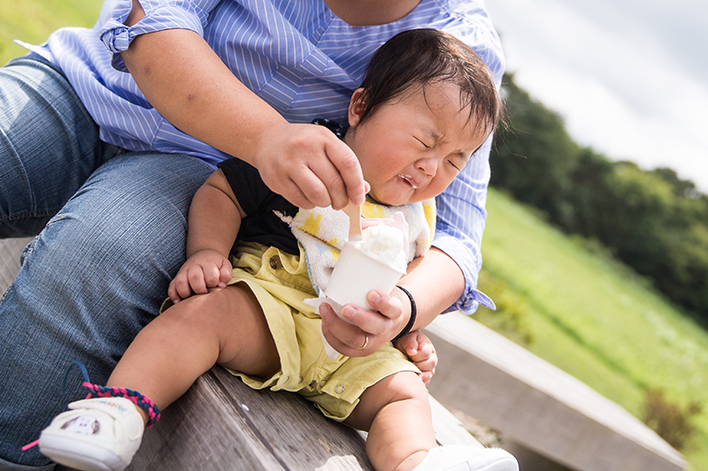 生まれて初めてジェラートを食べる赤ちゃん