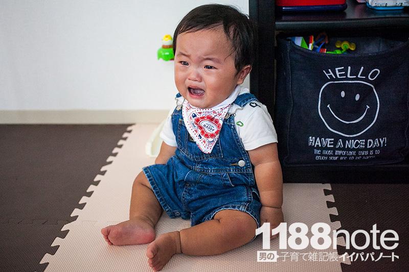 泣く生後10ヶ月の赤ちゃん