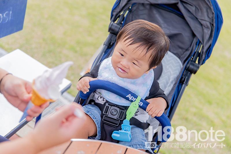 ソフトクリームを食べる赤ちゃん