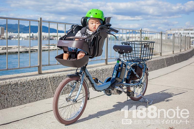 自転車に乗る赤ちゃん