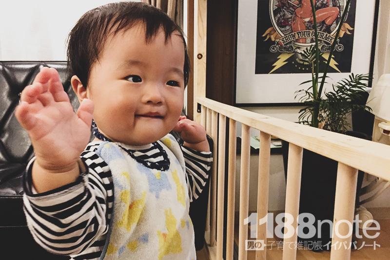立つ練習をする赤ちゃん