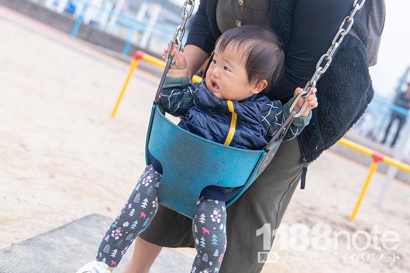 坂なぎさ公園の赤ちゃん用ブランコに乗る赤ちゃん