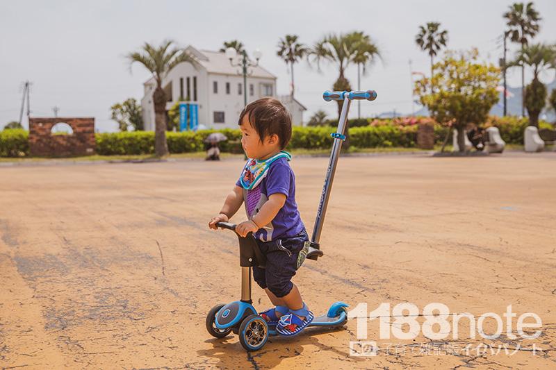 グローバー三輪車に乗った子供