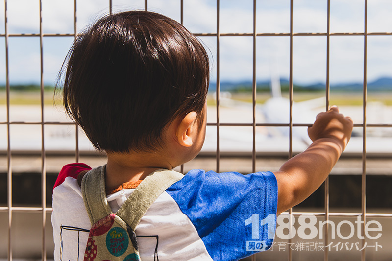 広島空港で飛行機を見る1歳7ヶ月の息子